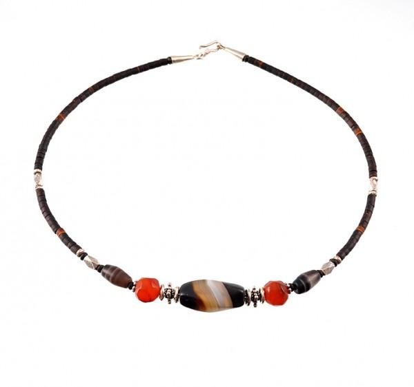 Halskette aus Kokosnussschale und Edelsteine