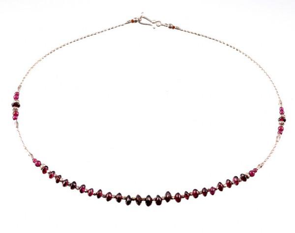 Halskette aus Silber und Granat